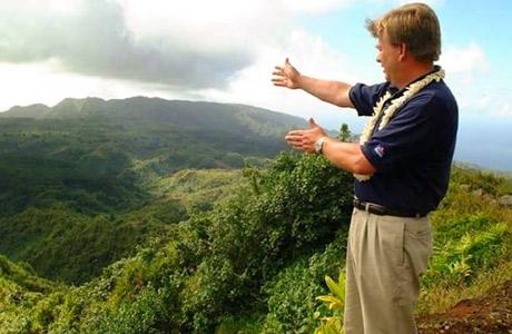 John Wadsworth pred dolino polno rastlin noni